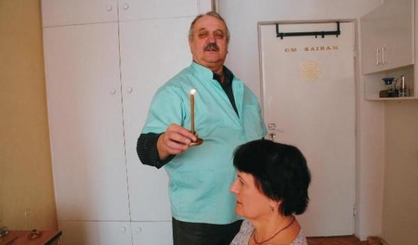 """Oczyszczanie aury nad głową i powyżej głowy. Zdjęcie pochodzi z książki """"Naturalne metody uzdrawiania"""" autorstwa Tadeusza Piotra Szewczyka"""